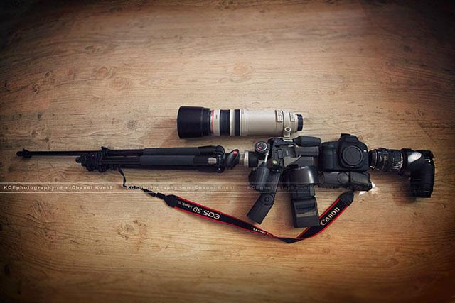 一眼レフは武器!ライフルに見立てたカメラの装備が面白い