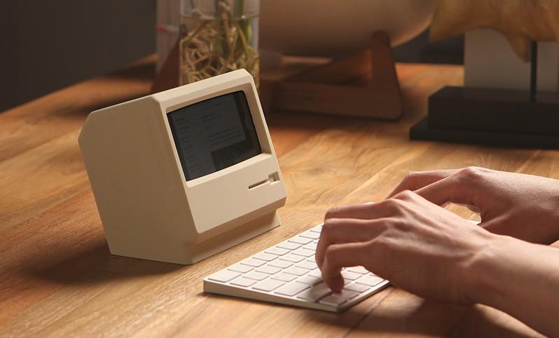 これはカッコイイ!是非とも欲しいクラシック Mac 風 iPhone スタンド